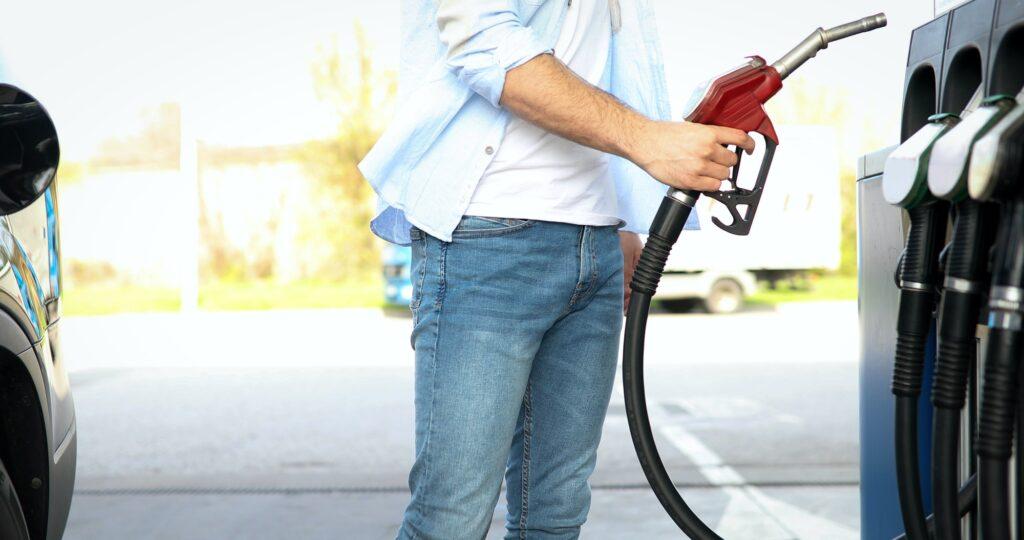 Hand refilling the car with fuel /κατανάλωση καυσίμου